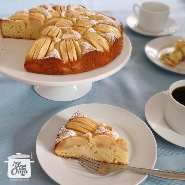 ❤️ Traditional German Apple Cake that's so quick and easy to make.  Here's how: https://www.quick-german-recipes.com/german-apple-cake-recipe.html #applecake #justlikeoma #germanrecipe