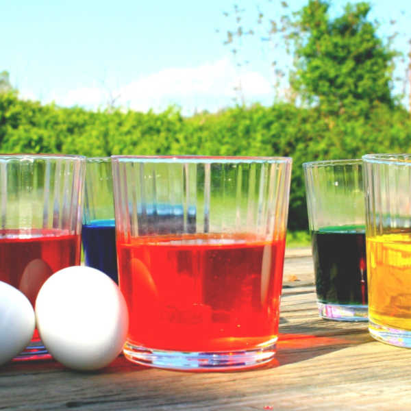 ❤️ Make natural dyes for your Easter eggs using simple household ingredients such as  coffee, cabbage, onions, and tea.