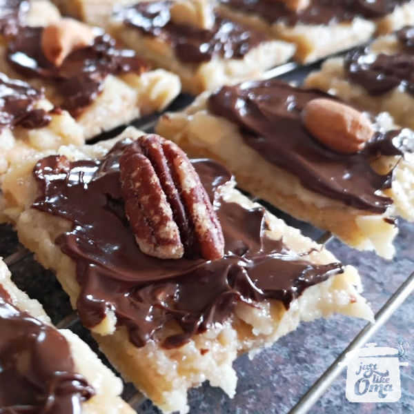 ❤️ Check out these Pecan Bars that taste like Nussecken. So good! https://www.quick-german-recipes.com/pecan-bar-recipe.html #pecanbars #germanfood #justlikeoma